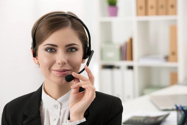 Retrato de mulher bonita trabalhando como operadora de call center