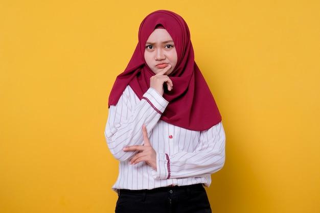 Retrato de mulher bonita usando gesto de carranca hijab