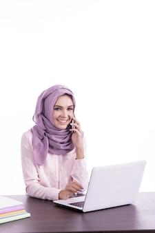 Retrato de mulher bonita usando hijab