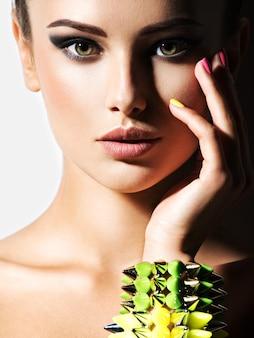 Retrato de mulher bonita usando pulseira com espinhos