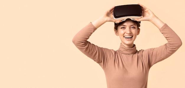 Retrato de mulher brincando com fone de ouvido de realidade virtual