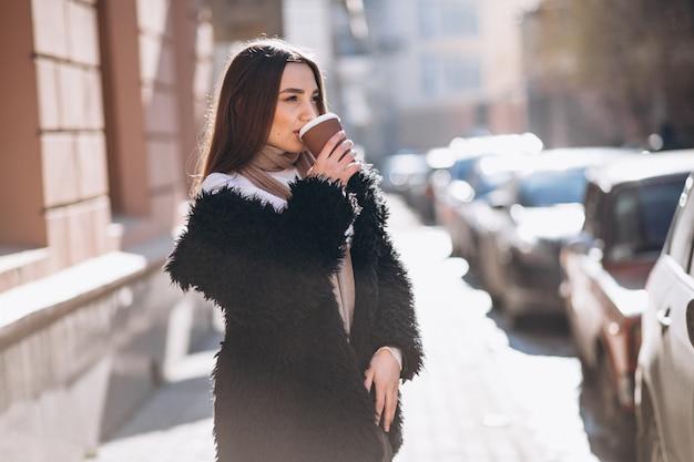 Retrato, de, mulher, café bebendo