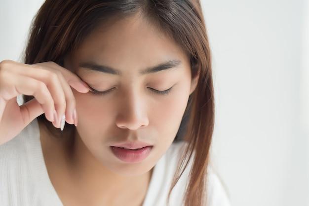 Retrato de mulher cansada com sono