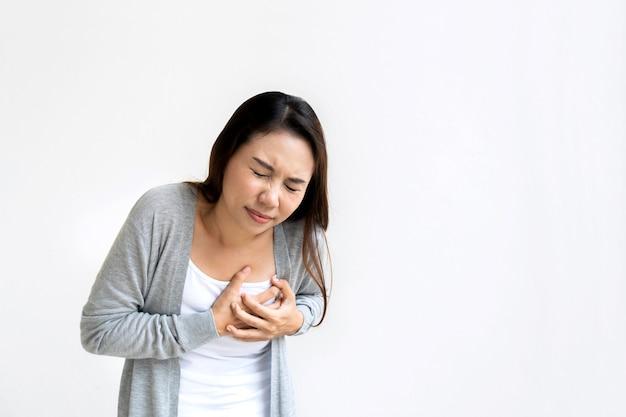 Retrato de mulher cansada, sentindo dor, tocando o peito, tendo um ataque cardíaco