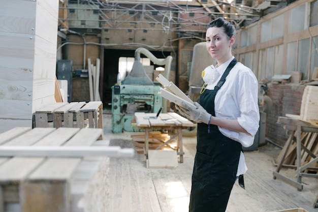 Retrato de mulher carpinteira em sua própria marcenaria