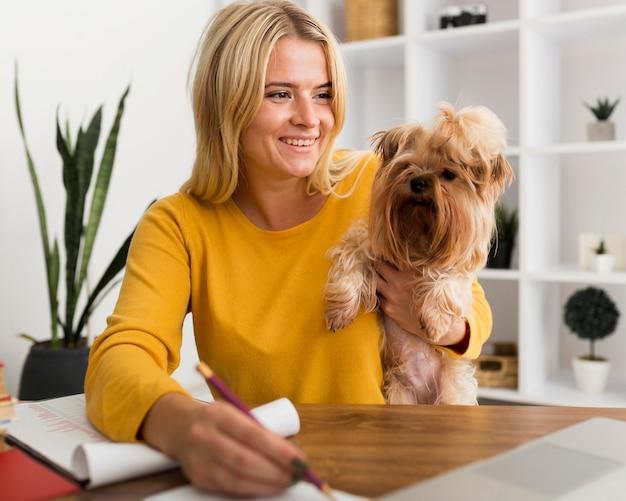 Retrato de mulher casual trabalhando em casa