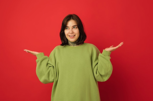 Retrato de mulher caucasiana isolado em vermelho