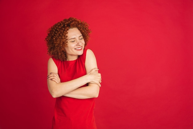 Retrato de mulher caucasiana isolado sobre parede vermelha com copyspace