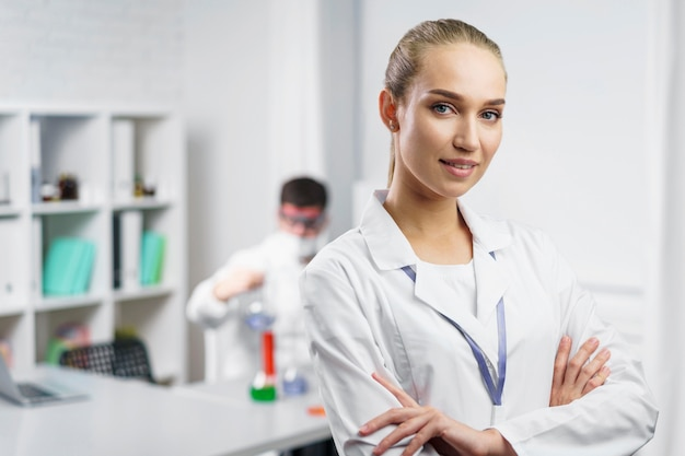 Retrato de mulher cientista em laboratório