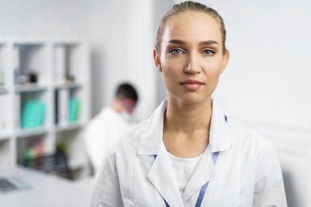 Retrato de mulher cientista no laboratório