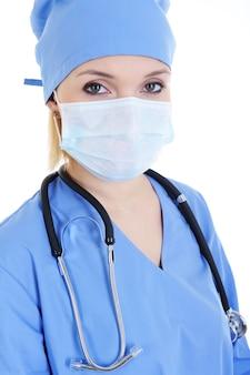 Retrato de mulher cirurgiã com máscara médica e estetoscópio