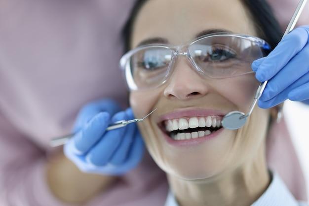 Retrato de mulher com a boca bem aberta durante uma consulta no dentista