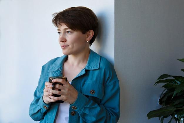 Retrato de mulher com a taça na mão. pausa para almoço ou café, chá