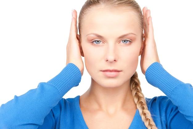 Retrato de mulher com as mãos nas orelhas