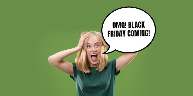 Retrato de mulher com balão sobre fundo verde. copyspace para sua publicidade. black friday, cyber segunda-feira, vendas, dinheiro e dinheiro, compras e pagamentos online. gritos loucos.