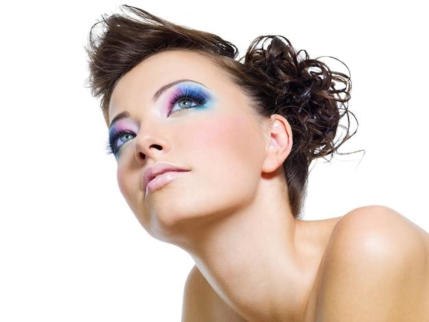 Retrato de mulher com bela maquiagem glamourosa