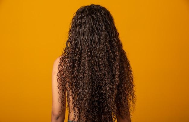 Retrato de mulher com cabelos cacheados para trás