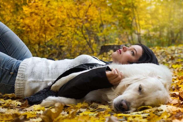 Retrato de mulher com cachorro no parque outono