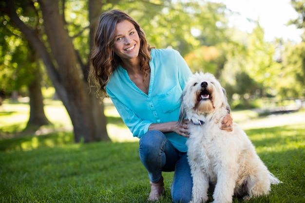 Retrato de mulher com cachorro no parque