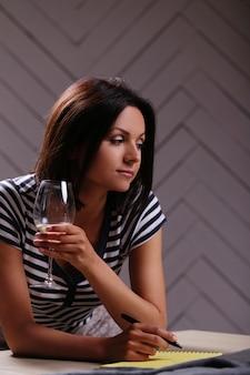 Retrato de mulher com copo de vinho