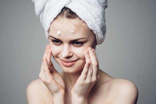 Retrato de mulher com creme para o rosto, cuidados com a pele, hidratação e nutrição da pele