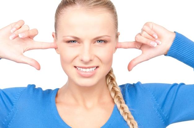 Retrato de mulher com dedos nas orelhas