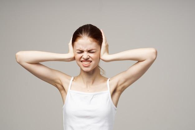 Retrato de mulher com dor de cabeça