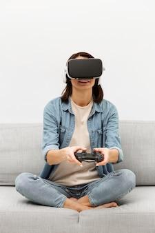 Retrato de mulher com fone de ouvido de realidade virtual tocando