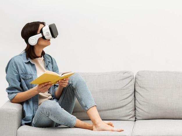 Retrato de mulher com fone de ouvido de realidade virtual