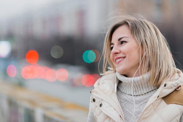 Retrato de mulher com fones de ouvido