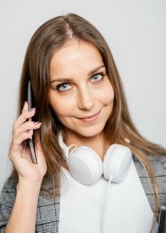 Retrato de mulher com laptop e celular