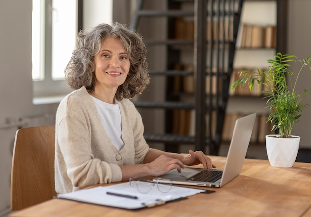 Retrato de mulher com laptop trabalhando
