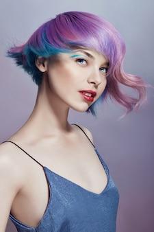 Retrato, de, mulher, com, luminoso colorido, voando, cabelo