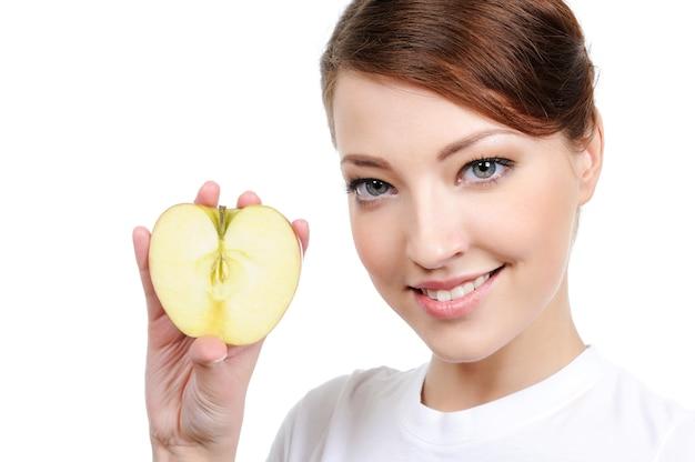 Retrato de mulher com maçã isolada no branco
