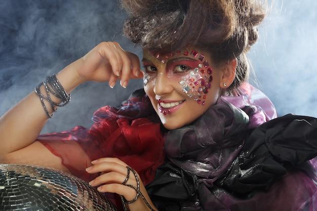 Retrato de mulher com maquiagem artística
