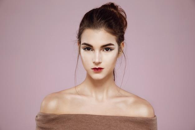 Retrato de mulher com maquiagem brilhante na rosa