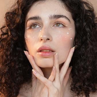 Retrato de mulher com maquiagem de pérolas