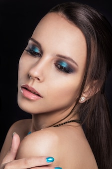 Retrato de mulher com maquiagem e corte de cabelo à moda.