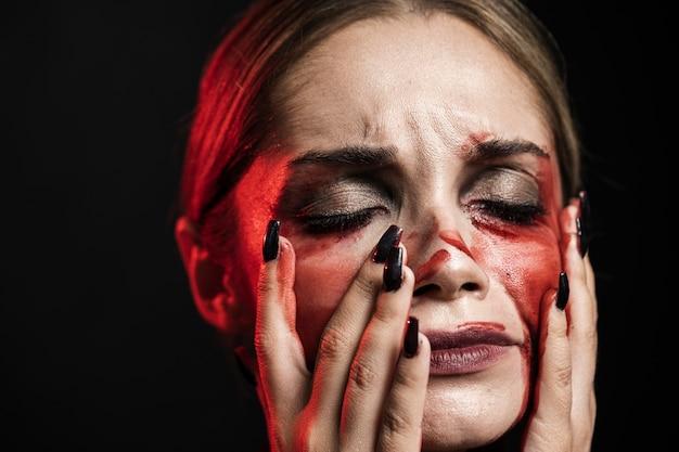 Retrato de mulher com maquiagem sangrenta