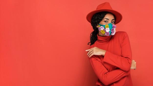 Retrato de mulher com máscara e flores