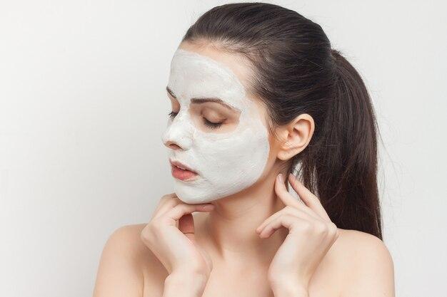 Retrato de mulher com máscara facial