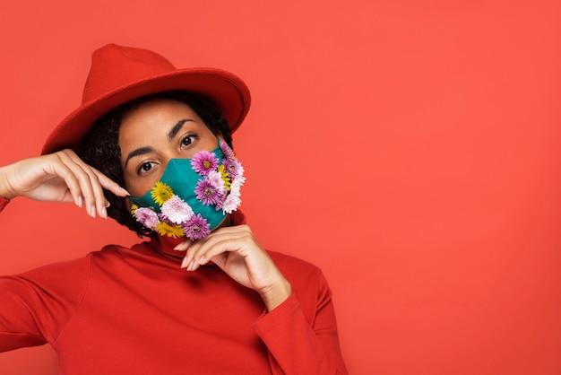 Retrato de mulher com máscara floral