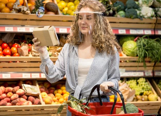 Retrato de mulher com máscara no mercado