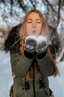 Retrato de mulher com mochila em dia de inverno