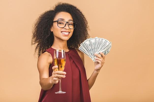 Retrato de mulher com notas e taça de champanhe