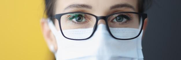 Retrato de mulher com óculos e máscara protetora