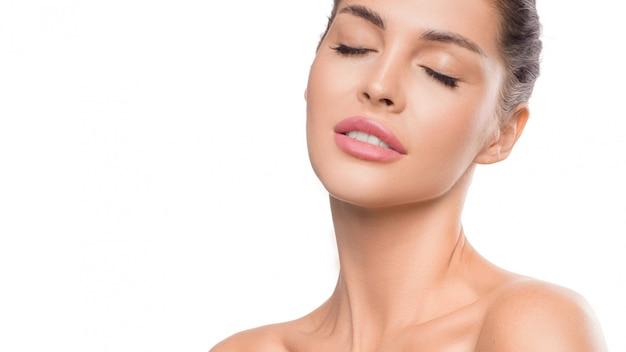 Retrato de mulher com olhos fechados conceito de cuidados de beleza e pele