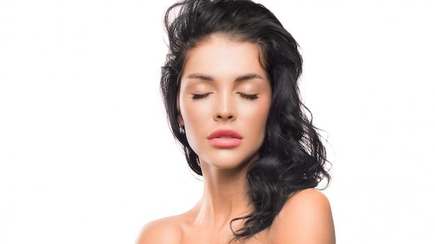 Retrato de mulher com os olhos fechados. conceito de cuidados de beleza, spa e pele.