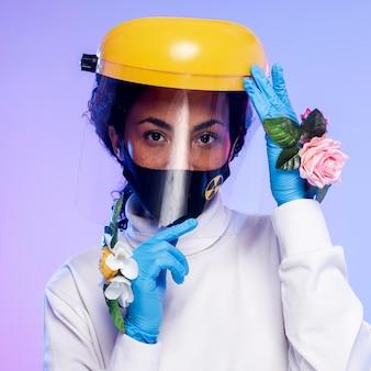 Retrato de mulher com protetor facial e luvas florais
