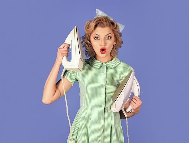 Retrato de mulher com rosto, esposa engraçada passando e segurando ferro como telefone